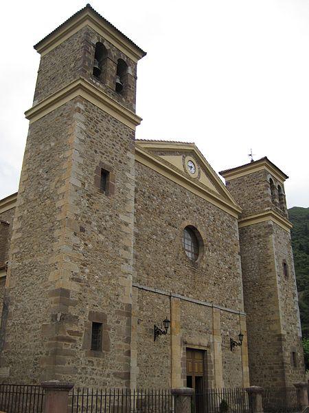 450px fachada iglesia nueva de san vicente potes rodelar - Potes: la villa de los puentes (Cantabria)