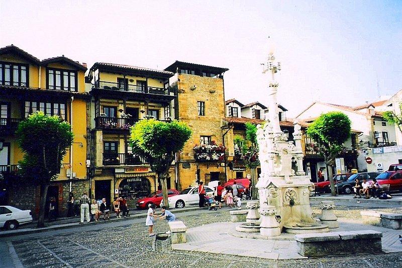 monumento en el centro de la localidad cántabra