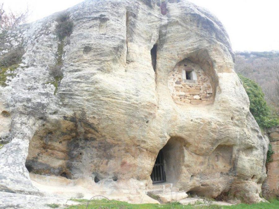 Iglesia de Arroyuelos, una joya del pasado horadada en la roca (Cantabria)