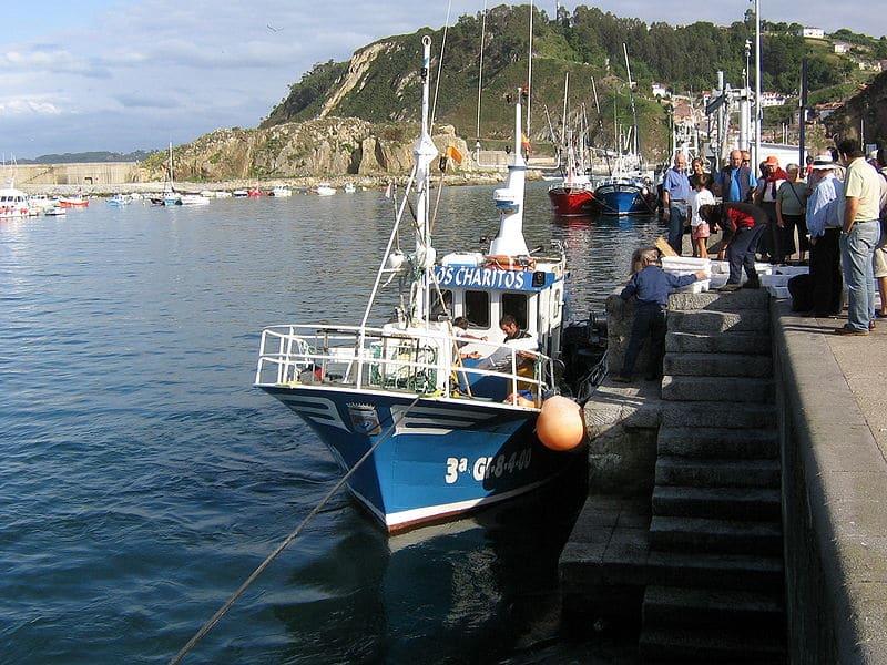 Barco amarrado en el puerto de Cudillero.