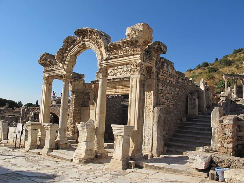 800px Efeso tempio di adriano 00 Sailko - Éfeso, uno de los conjuntos arqueológicos más relevantes de Occidente (Turquía)