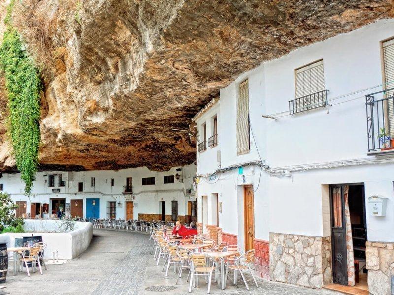 Setenil de las Bodegas: el pueblo que vive bajo la roca